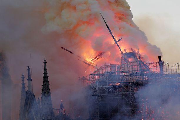 Liekit nielaisivat katedraalin.