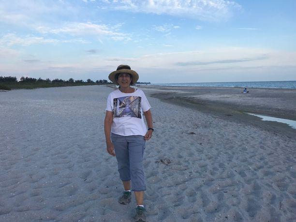 Leslie Alteri kävelee vähintään 10 kilometriä joka päivä. Hän tekee myös vapaaehtoistyötä rannoilla, joilla hän käy aamuvarhain tarkistamassa, onko sinne tullut yön aikana uusia merikilpikonnan pesiä.  Jos on, hän tekee suoja-aidan pesän ympärille.