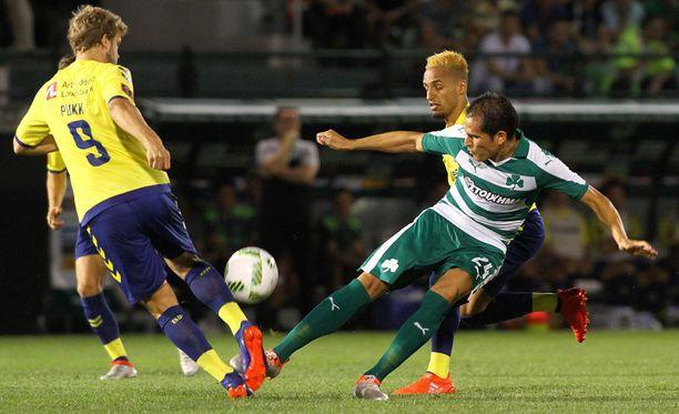 Teemu Pukki ja Panathinaikosin Cristian Ledesma taistelevat pallosta.