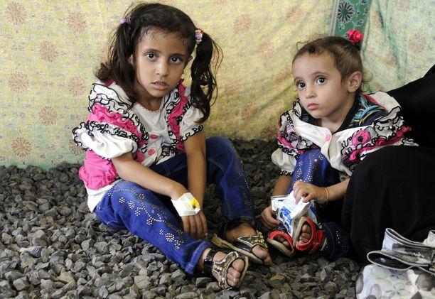 Tytöt odottavat hoitoa Jemenin pääkaupungissa Sanaassa. Kolera on suolistotauti, joka leviää muun muassa saastuneen veden kautta.