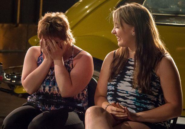 -Ei ole totta! Nelli pystyy vain sanomaan, kun hän näkee suuresti fanittamansa Robinin. Yllätys on onnistunut.
