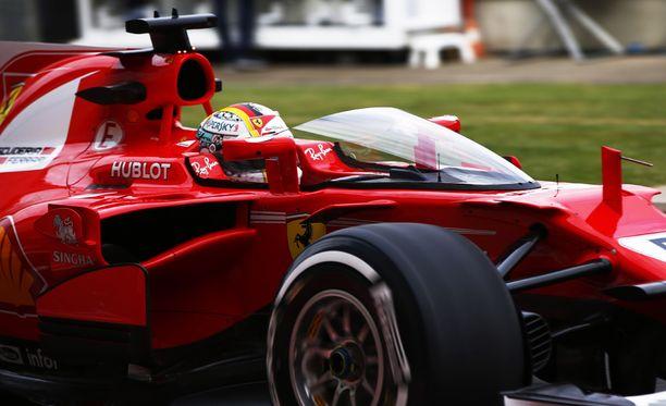 Tältä näyttää F1-kuskien testissä ollut uusi turvalasi.