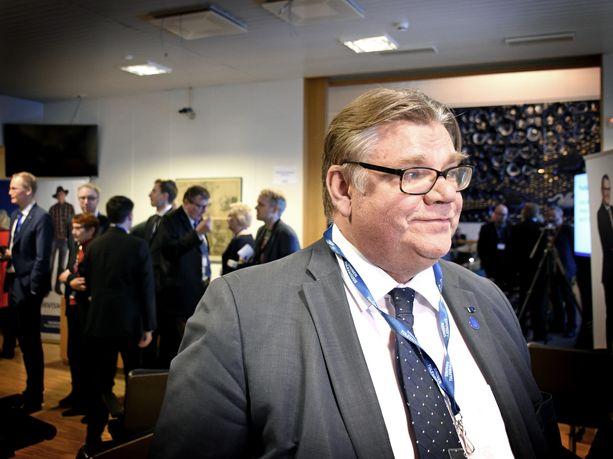 Ulkoministeri Timo Soini (sin) pohtii eurovaaleihin lähtemistä. Toinen vaihtoehto on sanoa kasvis-homo-fillaristeille, että pitäkää tunkkinne.