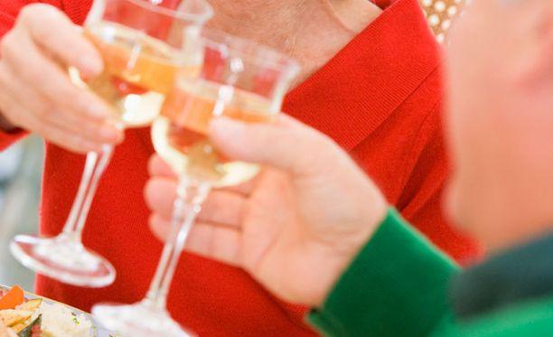 Kaikki alkoholinkäyttöön liitetyt positiiviset ja negatiiviset vaikutukset todettiin miehillä sekä naisilla, mutta naisten yhteydet olivat hieman heikompia.