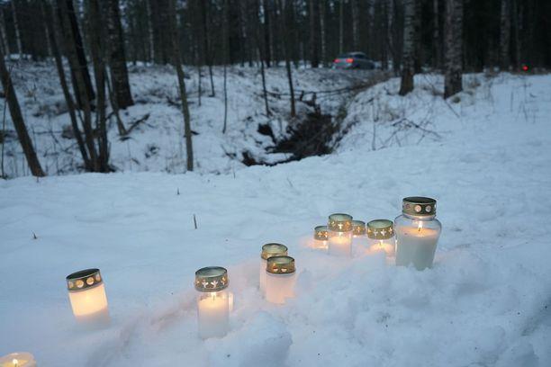 Espoossa kadonnut 13-vuotias löytyi kuolleena sunnuntaina Karakallion maastosta. Paikalle tuotiin pian muistokynttilöitä.