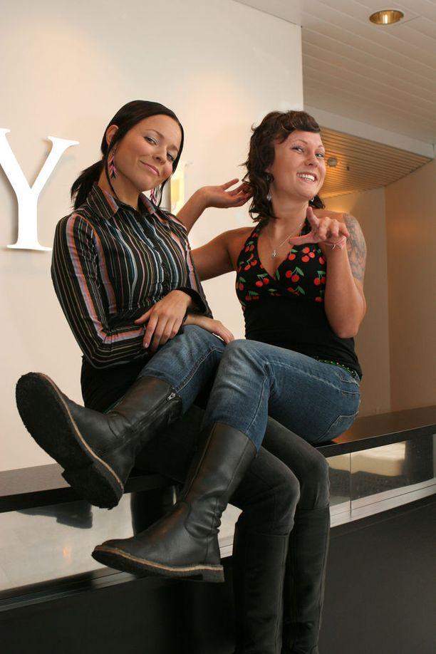 """Vuonna 2006 PMMP:n kolmas albumi """"Leskiäidin tyttäret"""" ilmestyi. Albumi myi melkein heti platinaa."""
