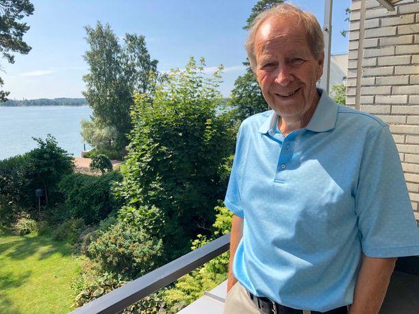 Floridassa talvet asuva rallilegenda Hannu Mikkola viettää kesät koti-Suomessa, Helsingin Kuusisaaressa, jossa hänen parvekkeeltaan avautuu kaunis merimaisema.