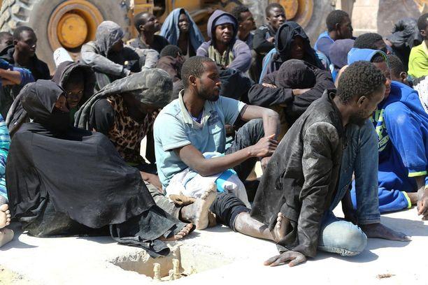 Ryhmä afrikkalaisia siirtolaisia pelastettiin Libyan rannikolta.