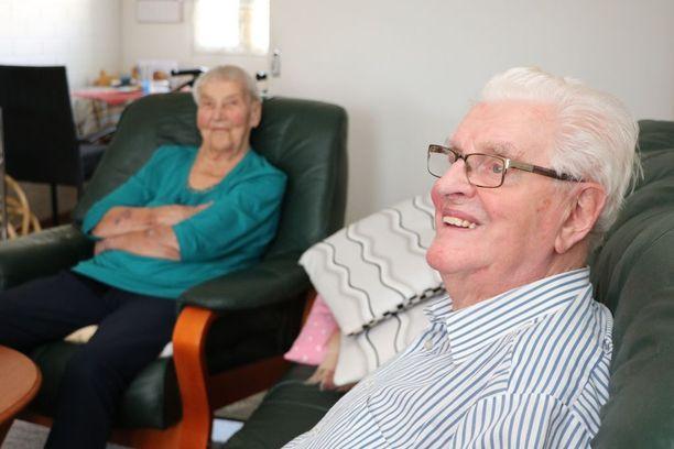 Kaarina Heine kutsuu miestään Lasseksi ja Lauri vaimoaan Kassuksi. Kassu ja Lasse tapasivat toisensa ensimmäisessä yhteisessä työpaikassaan.