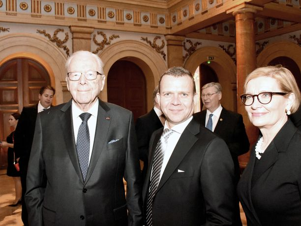 Kokoomuksen entinen kansanedustaja ja presidenttiehdokas Raimo Ilaskivi, kokoomuksen nykyinen puheenjohtaja Petteri Orpo sekä eduskunnan puhemies Paula Risikko kuluttivat aikaa Vanhan ylioppilastalon juhlasalissa, kun kokoomuksen satavuotisjuhlien alku viivästyi yli puolella tunnilla.