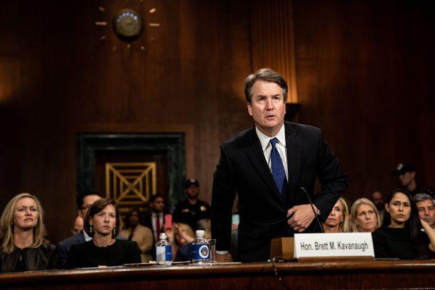 Tuomari Brett Kavanaugh senaatin kuultavana väitetyistä seksuaalirikoksista. Kolme eri naista syyttää häntä seksuaalisesta ahdistelusta. Yksi naisista, professori Christine Blasey Ford, kertoi senaatin edessä torstaina, että Kavanaugh oli yrittänyt raiskata hänet 1980-luvun alussa.