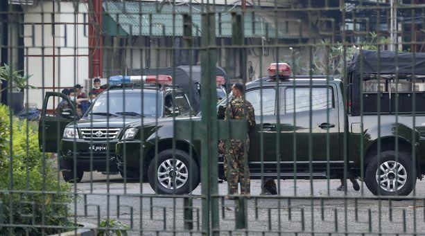 Sotilaita Myanmarin valtion yleisradioyhtiön pihalla maan suurimassa kaupungissa Yangonissa.