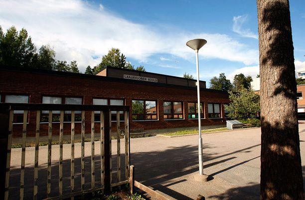 Nuoret pojat murtautuivat vantaalaiseen Laajavuoren kouluun.