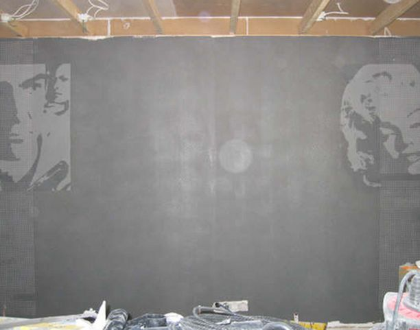 Harmaa seinämaali ja elokuva-aiheiset kuvat sopivat hyvin yhteen.