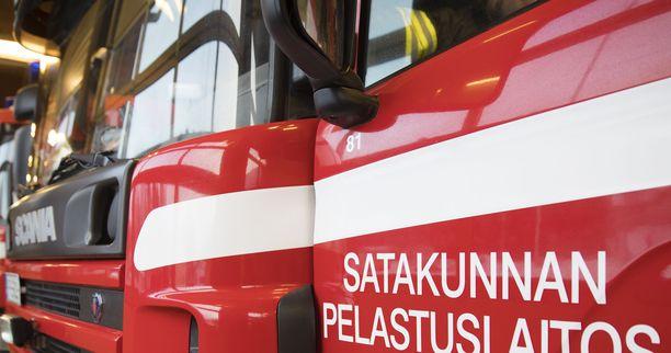 Satakunnan pelastuslaitos työskentelee haastavalla kemikaalintorjuntatehtävällä Porissa.