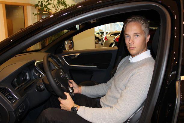 """""""Pikku hiljaa ihmiset alkaa pohtimaan onko aika hyvä auton ostamiselle vai pitäisikö sitä siirtää ensi vuodelle"""", kertoo Volvo-myyjä Henri Tyrväinen."""