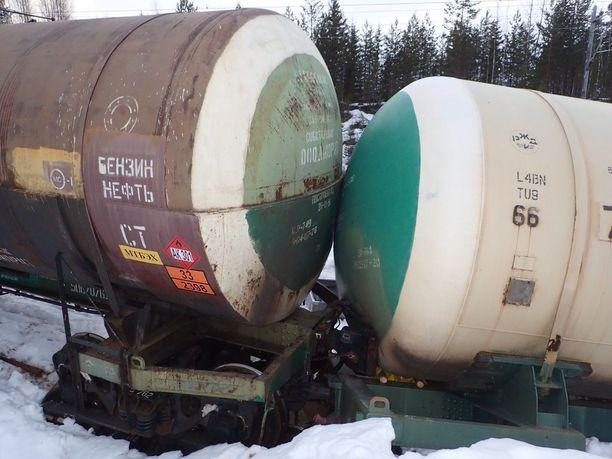 Venäläisvaunuista vuoti kymmeniä tonneja myrkkyä ympäristöön ja lähivesiin.