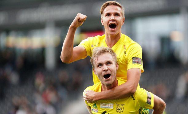 Tatu Miettunen (yllä) ja Jani Tanska tuulettivat antaumuksella Ilveksen voittoa Seinäjoella.