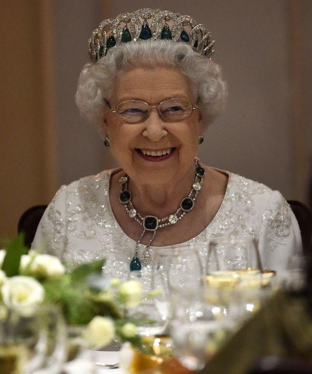 Kuningatar Elisabetin lautaselta ei koskaan löydy valkosipulia.