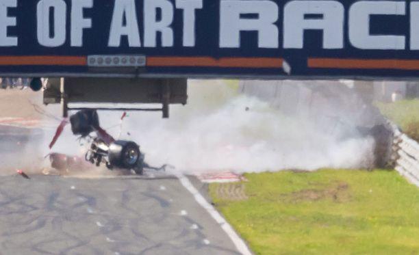 Ferrerin auto tuhoutui täysin kolarissa.