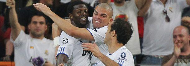 Emmanuel Adebayor, Pepe ja Ricardo Carvalho juhlivat Real Madridin 2-0-osumaa.