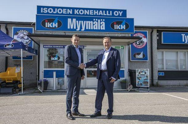 Perheyritystä vuosikymmeniä johtanut Ilkka Alakortes (oik.) oli IKH:n suurin omistaja.