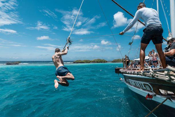 Suosittu turistihuvi on risteily saaren rannikolla. Ohjelmaan kuuluu halukkaille snorklausta ja hyppelyä kristallinkirkkaaseen veteen laivan kannelta.