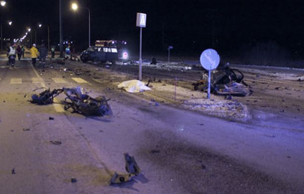 Liikennemerkkiin osunut auto meni törmäyksen voimasta täysin pirstaleiksi.
