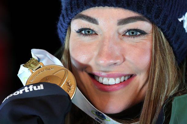 Dorothea Wierer säteili MM-kultamitalin kanssa.