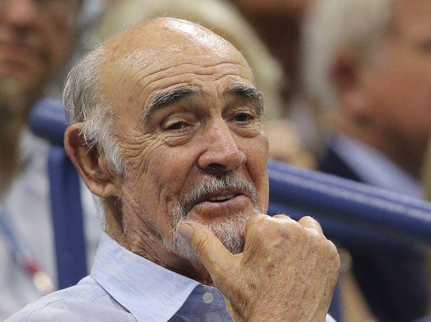 Sean Connery katsomassa US Open-tenniskilpailuja 2015. Hiuksia on vieläkin hieman jäljellä.