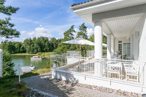 Espoon Soukanniemessä sijaitseva 7 huoneen omakotitalo on taloista edullisin. Hintalappu on 3,9 miljoonaa euroa. Mukana tulee oma ranta ja venelaituri.