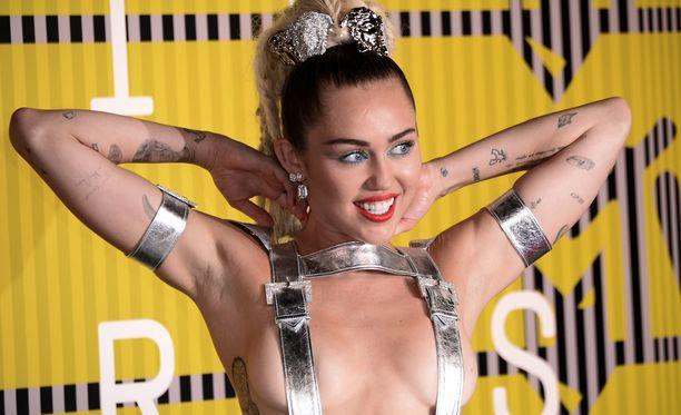 Suomessakin konsertoinut Miley Cyrus tunnetaan villeistä lavaesiintymisistään.
