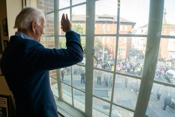 Biden heilutti kannattajilleen ikkunan läpi Pennsylvanian osavaltiossa viime viikolla.