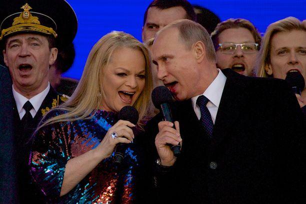Putin kajautti Venäjän kansallishymnin lavalla yhdessä laulaja Larisa Dolinan kanssa.