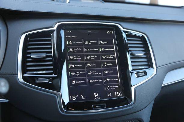 """XC90:ää """"ohjataan"""" isolta näytöltä. Ajonvakautuksen saa kytkettyä sallivampaan sport-tilaan."""