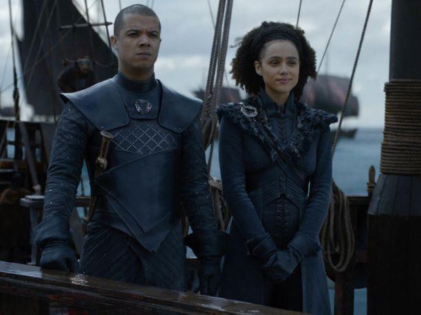 Kuningatar Daenerysin neuvonantajat Harmaa Mato ja Missandei matkalla Lohikäärmekivelle.