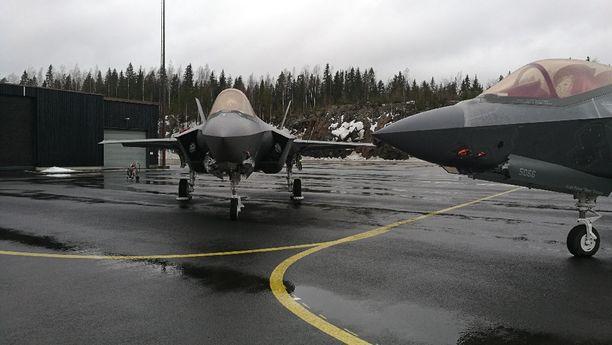 F-35 -hävittäjät ovat vuorossa Suomen seuraavien hävittäjien testeissä. Kuva otettu maanantaina Pirkkalassa.