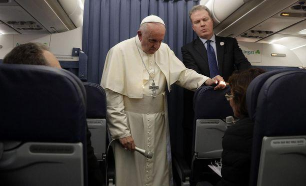 Paavi puhui toimittajille lentokoneessa sunnuntaina.