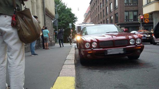 Mies ajoi Jaguarilla päin jalankulkijoita heinäkuussa.