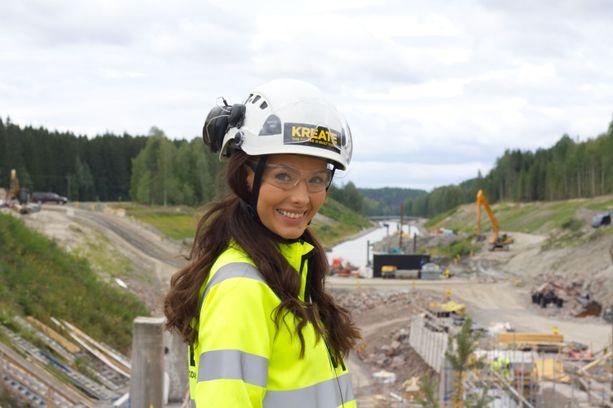 25-vuotias Emmi Suuronen työskentelee Kimolan kanavan työmaainsinöörinä ja tavoittelee Miss Suomen kruunua.