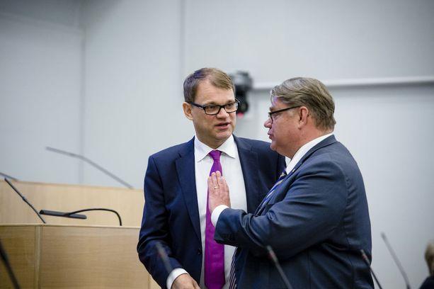 Pääministeri Juha Sipilä tviittasi tänään, että veneverosta luovutaan heikon hyötysuhteen vuoksi. Perussuomalaisten puheenjohtaja Timo Soini oli aiemmin ilakoinut veron olevan perussuomalaisten suuri saavutus.