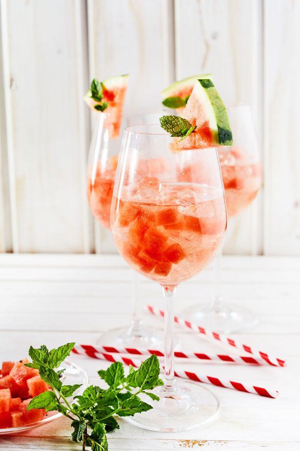 Vesimeloni-boolin voi koristella esimerkiksi pienillä vesimeloniviipaleilla.