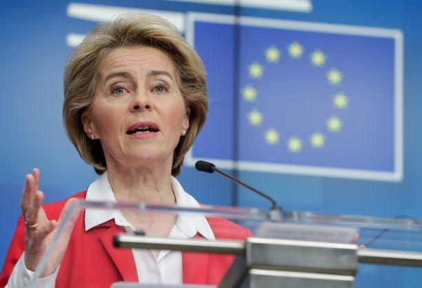 EU-komission puheenjohtaja Ursula von der Leyen puhui toimittajille Brysselissä tiistai-iltana.
