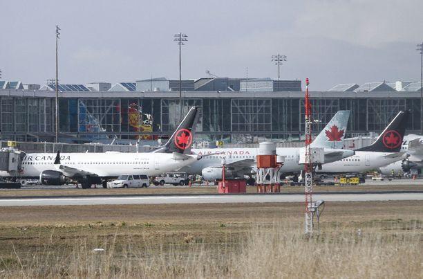 Kaksi Air Canadan MAX 8 -konetta (vas. ja oik.) seisoi Richmondin kentällä Vancouverissa.