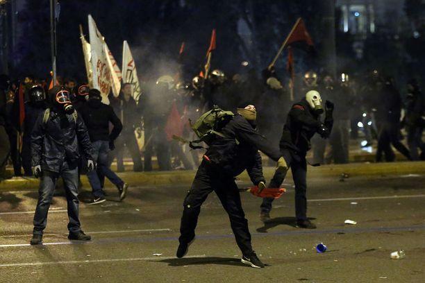 Mielenosoittajat heittelivät poliisia kivillä.