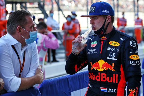 Tämä kuva ei ole kangastus. Jos ja Max Verstappen keskustelivat varikolla ennen Venäjän GP:n alkua syyskuussa.