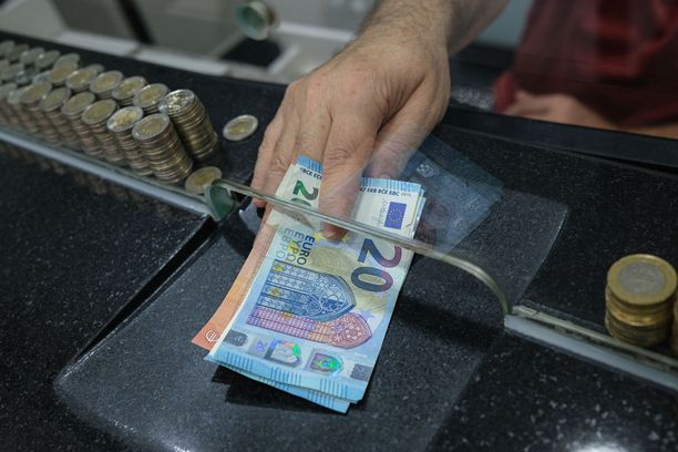 Euroopan keskuspankki (EKP) on talous- ja rahaliiton keskeinen toimielin. Se on vastannut euroalueen rahapolitiikasta 1. tammikuuta 1999 lähtien. EKP muodostaa yhdessä kaikkien EU:n jäsenvaltioiden kansallisten keskuspankkien kanssa Euroopan keskuspankkijärjestelmän, jonka ensisijaisena tavoitteena on pitää yllä hintatason vakautta.