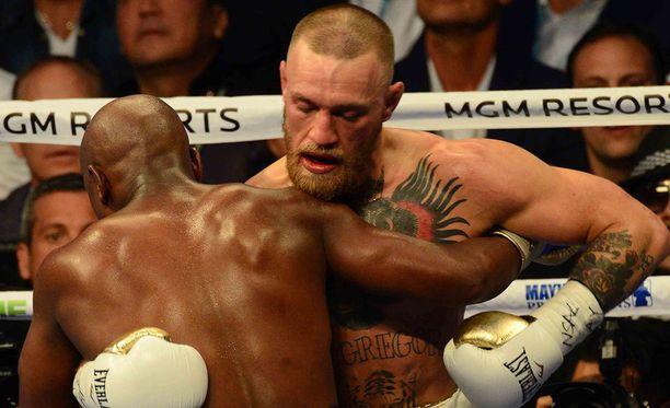 Conor McGregor hävisi suurta huomiota herättäneessä nyrkkeilyottelussa tappiottomalle Floyd Mayweatherille.