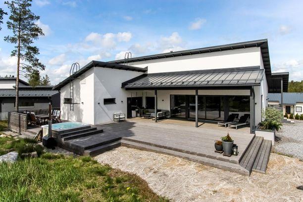 Sipoolaisen kodin iso terassi. Hintaa kohteella on 630 000 euroa, ja se on rakennettu vuonna 2016.
