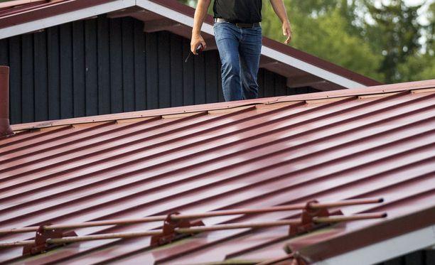Kaksikerroksisen omakotitalon kattoa korjaamassa olleelle miehelle oli iskenyt noidannuoli selkään, ja hän ei päässyt omin avuin alas. Kuvituskuva.